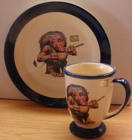 Teller und Tasse Troll am Essen