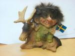Troll liegt neben Elch (Schweden Fahne) 8cm